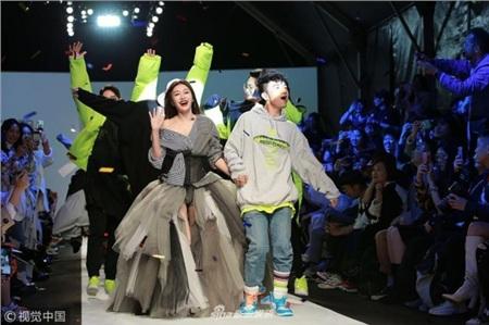 Khi các nữ thần Hoa ngữ đi catwalk: Triệu Lệ Dĩnh - Địch Lệ Nhiệt Ba bị chế giễu như 'xách giỏ đi chợ' 3
