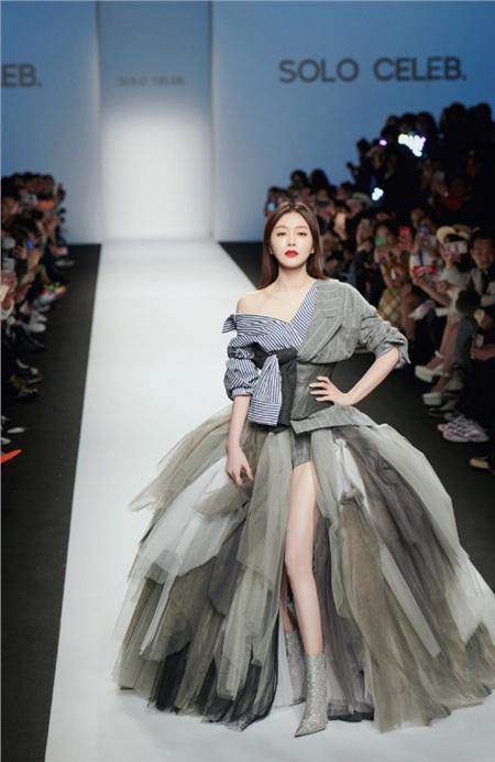 Thần thái sắc lạnh và nét đẹp sắc sảo của Tần Lam giúp cô được khen ngợi trong vai trò người mẫu.
