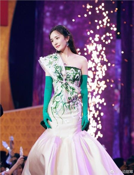 Khi các nữ thần Hoa ngữ đi catwalk: Triệu Lệ Dĩnh - Địch Lệ Nhiệt Ba bị chế giễu như 'xách giỏ đi chợ' 10