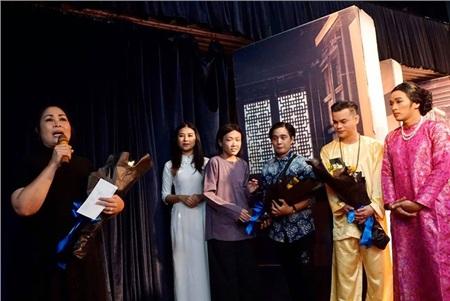 Phương Trang tại buổi tốt nghiệp khóa K8 lớp kịch Sân khấu của Hồng Vân (thứ 4 từ trái sang)
