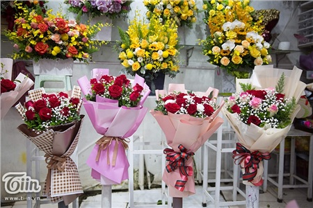 Những bó hoa cũng được gói gém cẩn thận, tỉ mỉ và mềm mại hơn thường ngày.