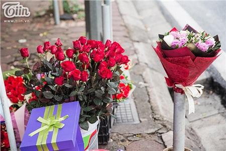 Hoa hồng lẻ có giá 10.000 đồng/bông. Theo nhiều chủ cửa hàng, giá hoa năm nay có phần rẻ hơn nhiều so với thị trường hoa mùa Valentine năm ngoái.