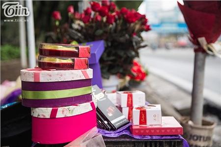 Hôm nay (14/2) là ngày Lễ Tình nhân,nhiều cửa hàng bán hoa đã mở cửa từ sáng sớm để chờ đón người mua hàng.