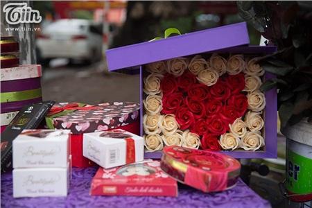 Dọc các tuyến phố Hà Nội xuất hiện nhiều sạp hàng nhỏ bán chocolate và hoa nhằmphục vụ Valentine. Những bông hồng tươi tắn, rực rỡ sắc màuđược sắp xếp gọn gàng, đẹp mắt trong hộp quà.