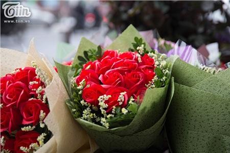 Theo khảo sát, giá hoa năm nay dao động từ 200.000 đồng đến 1 triệu đồng/bó tùy vào chủng loại hoa và kích cỡ bó.