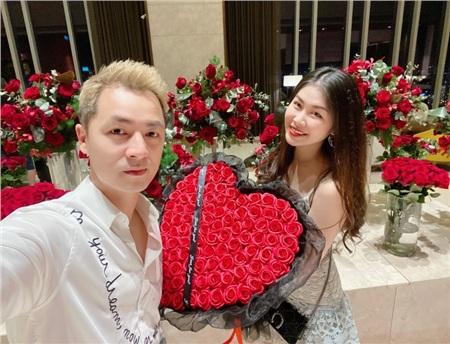 Valentine đánh dấu 15 năm bên nhau, Đăng Khôi đã tặng vợ bó hoa 'siêu to khổng lồ'với 99 bông hồng đỏ rực cùng món quà hàng hiệu sang chảnh. Nam ca sĩ tự sắp xếp một bữa ăn lãng mạn ở một nhà hàng trên cao dành riêng cho vợ mình.