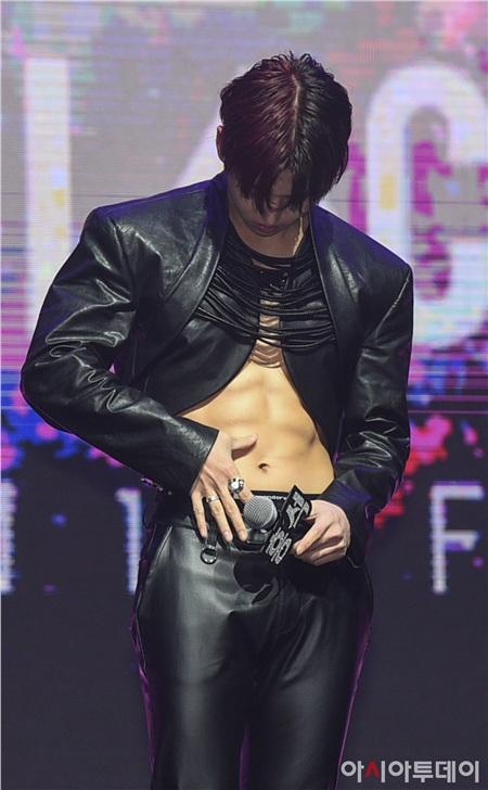 Công ty quản lý cũ của Bi Rain khiến dân tình phẫn nộ khi để idol trẻ mặc áo xẻ giữa trời lạnh, 2 ngày không dám uống nước 9