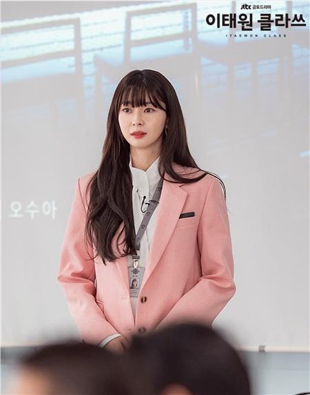 2 cô gái cùng 'fall in love' Park Seo Joon trong 'Itaewon Class': 1 cô là đả nữ thế hệ mới, 1 cô là tình tin đồn của Lee Jong Seok 17