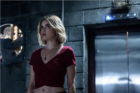 Trong Đảo kinh hoàng, Lucy Hale sắm vai cô gái muốn trả thù những kẻ từng bắt nạt mình thời trung học.