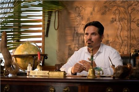 Liệu rằng, nhân vật Roarker của Michael Peña thực sự đứng về phía nào trong Đảo kinh hoàng?
