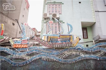 Hơn 10.000 chai nhựa là chai nước, hộp dầu xe máy đã qua sử dụng... gom được ở các trường học, khu dân cư để tạo thành 4 chiếc thuyền buồm gợi nhớ hình ảnh trên bến dưới thuyền tấp nập ở bãi sông Hồng cách đây hơn 100 năm.