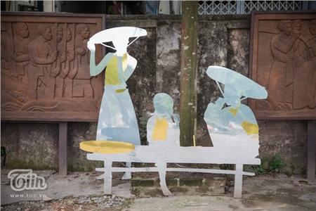 Từ sắt phế thải và inox gươn,tác phẩm sắp đặthình ảnh của những gánh hàng rong, những người lao động ở bến sông Hồng.