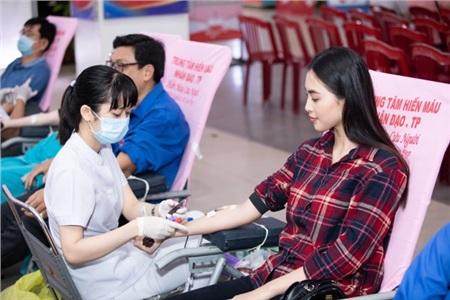 Tiểu Vy hào hứng tham gia hiến máu tình nguyện, cùng các em nhỏ nhảy 'Vũ điệu rửa tay' tuyên truyền phòng chống bệnh dịch 1
