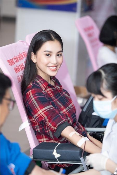 Tiểu Vy hào hứng tham gia hiến máu tình nguyện, cùng các em nhỏ nhảy 'Vũ điệu rửa tay' tuyên truyền phòng chống bệnh dịch 2