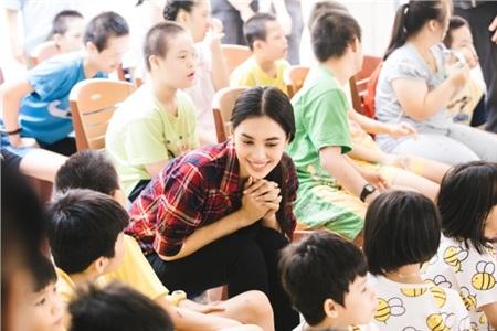 Tiểu Vy hào hứng tham gia hiến máu tình nguyện, cùng các em nhỏ nhảy 'Vũ điệu rửa tay' tuyên truyền phòng chống bệnh dịch 4
