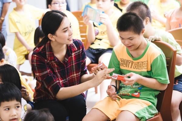 Tiểu Vy hào hứng tham gia hiến máu tình nguyện, cùng các em nhỏ nhảy 'Vũ điệu rửa tay' tuyên truyền phòng chống bệnh dịch 5