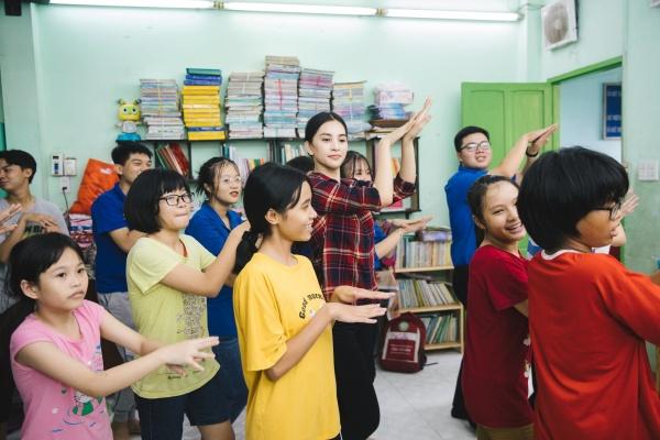 Tiểu Vy hào hứng tham gia hiến máu tình nguyện, cùng các em nhỏ nhảy 'Vũ điệu rửa tay' tuyên truyền phòng chống bệnh dịch 6