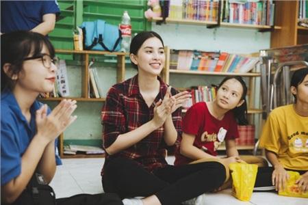 Tiểu Vy hào hứng tham gia hiến máu tình nguyện, cùng các em nhỏ nhảy 'Vũ điệu rửa tay' tuyên truyền phòng chống bệnh dịch 8