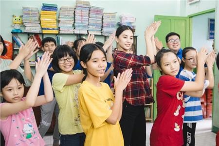 Tiểu Vy hào hứng tham gia hiến máu tình nguyện, cùng các em nhỏ nhảy 'Vũ điệu rửa tay' tuyên truyền phòng chống bệnh dịch 7
