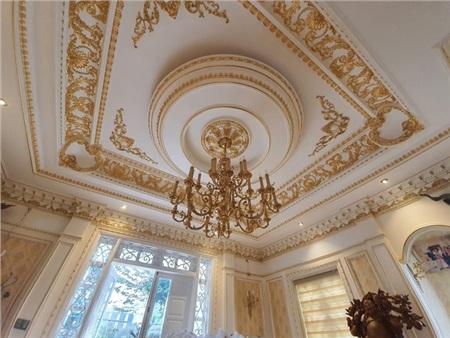 Trần nhà, góc tường ở phòng khách đều được mạ vàng 24k.