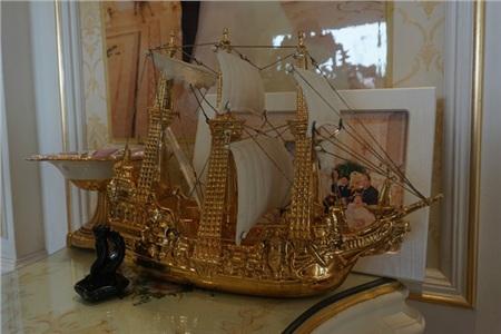 Một mô hình chiến hạm được làm từ vàng nguyên chất.