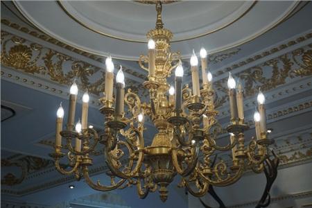 Chùm đèn mạ vàng có giá đến 930 triệu đồng.