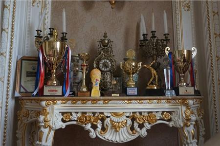 Đồ cổ trong nhà không có cái nào giá dưới 100 triệu đồng.
