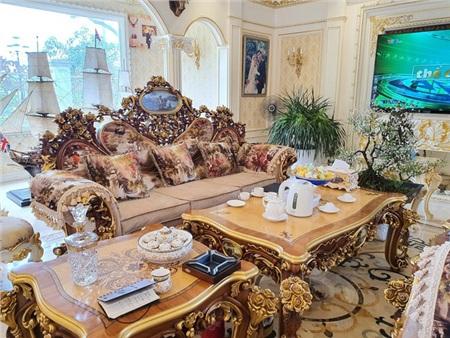 Bộ bàn ghế trị giá gần 1 tỷ đồng.