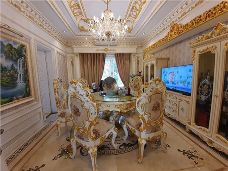 Bộ bàn ghế dát vàng ở phòng ăn của căn biệt thự.