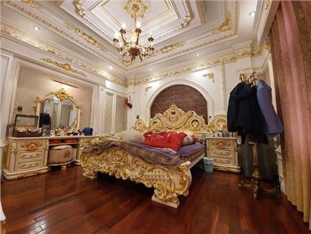 Căn phòng ngủ lộng lẫy, xa hoa đều được dát vàng.