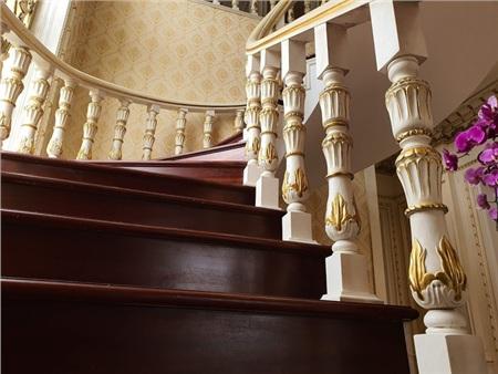 Cầu thang nổi bật bởi các họa tiết được dát vàng 24k.