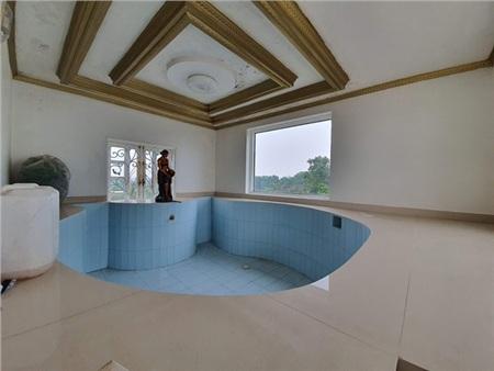 Bể bơi rộng rãi trong nhà.