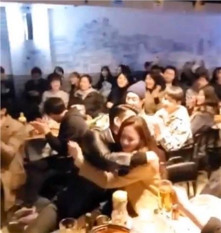 Hyun Bin và Son Ye Jin ôm nhau tình cảm trong bữa tiệc mừng công.