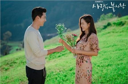 Không chỉ mặc đồ đôi, Son Ye Jin và Hyun Bin còn ôm nhau thắm thiết giữa 'thanh thiên bạch nhật' 2