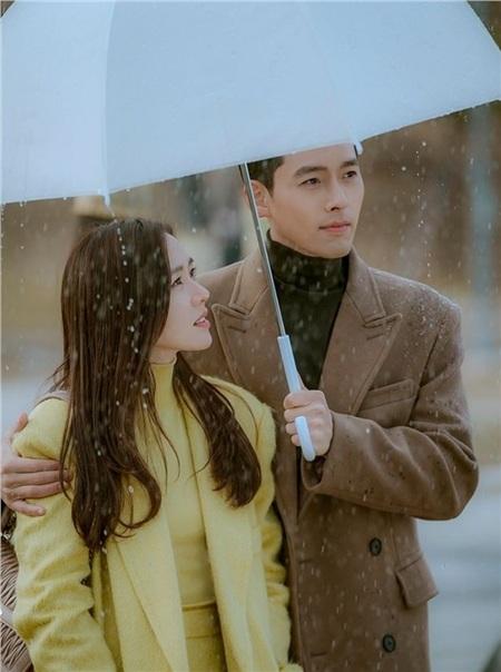 Không chỉ mặc đồ đôi, Son Ye Jin và Hyun Bin còn ôm nhau thắm thiết giữa 'thanh thiên bạch nhật' 3