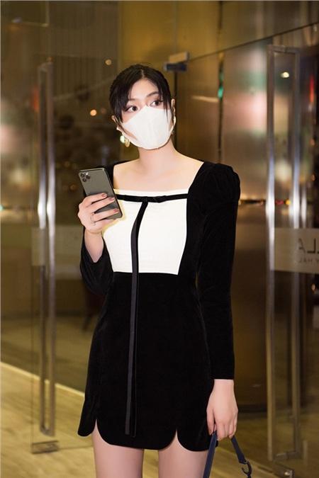 Huỳnh Tiên đeo khẩu trang để đảm bảo an toàn trong mùa dịch.