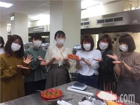 Ngày học đầu tiên, 19 nữ sinh được học cách làm bánh dứa và trà sữa trân châu
