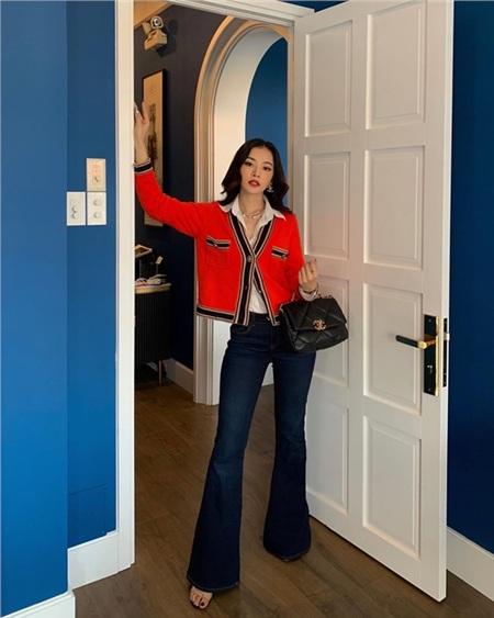 Chi Pu trổ tài mix đồ 'hack dáng' đỉnh cao khi ghép cặp sơ mi trắng cùng quần ống loe và cardigan đỏ. Chiếc túi Chanel 19 trendy là phụ kiện hoàn hảo giúp hoàn thiện set đồ đơn giản mà thời thượng của cô nàng.
