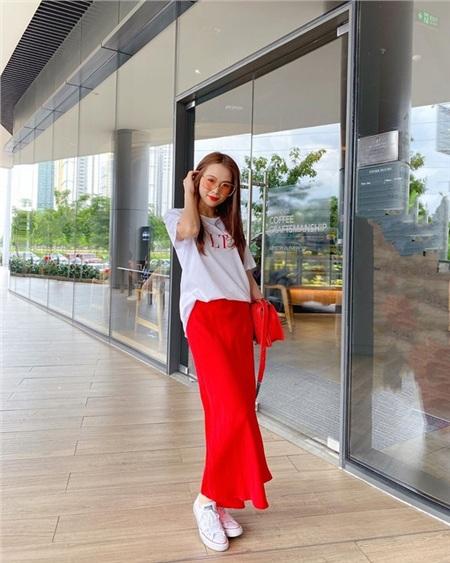 Sam khoe sắc trong set đồ lấy hai tông màu chủ đạo là trắng đỏ. Cô nàng mix áo phông trắng của hiệu Valentino cùng chân váy đỏ và túi xách ton sur ton.
