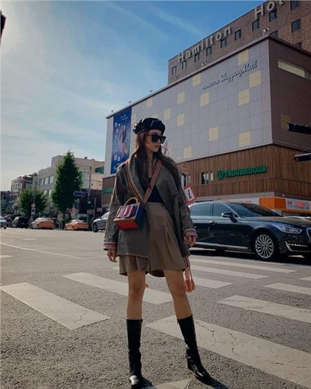Salim thả dáng trên phố với bộ cánh thời thượng được mix - match đầy phá cách. Set đồ đơn giản của cô nàng được nâng tầm nhờ loạt phụ kiện như mũ nồi, boots da lửng và túi xách.