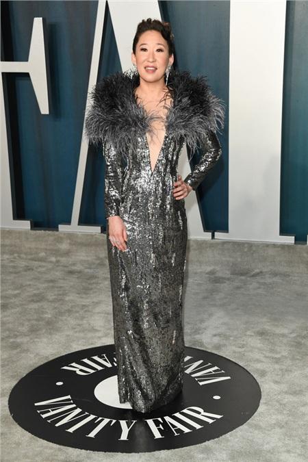 Sandra Oh trong tác phẩm của NTK Công Trí dự tiệc hậu Oscar 2020