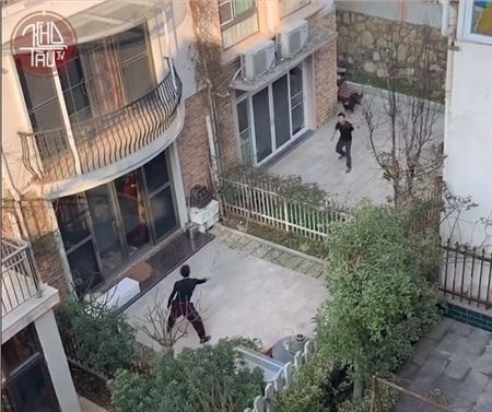 Hàng xóm rủ nhau chơi cầu lông qua hàng rào, không đeo khẩu trang nhưng đảm bảo tiêu chí cách xa... vài mét