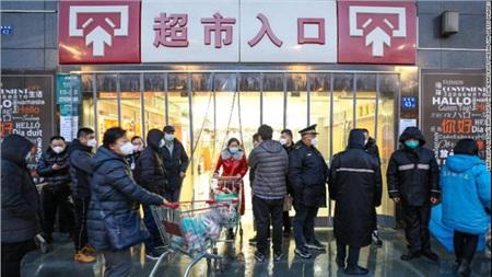 Li Xiaolei - một DJ của đài phát thanh trong thành phố đã ghi lại cuộc sống của mình khi thành phố bị phong tỏa, từ việc đi mua hàng tạp hóa, cảnh người dân xếp hàng chờ đo nhiệt độ trước khi bước vào siêu thị.