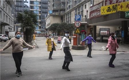 Nhóm người cùng nhau khiêu vũ trên đường phố Vũ Hán