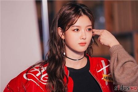 Kim Yoo Jungsinh ngày 22 tháng 9 năm 1999 tại Seoul, Hàn Quốc trong một gia đình bình thường, không có ai theo nghệ thuật