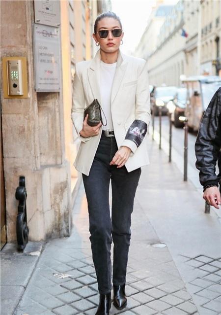 Gigi Hadid khiến các fan 'ngất ngây' với set đồ đầy chất nữ quyền, kết hợp giữa blazer sang trọng, nam tính cùng kiểu kính gọng vàng sắc sảo.