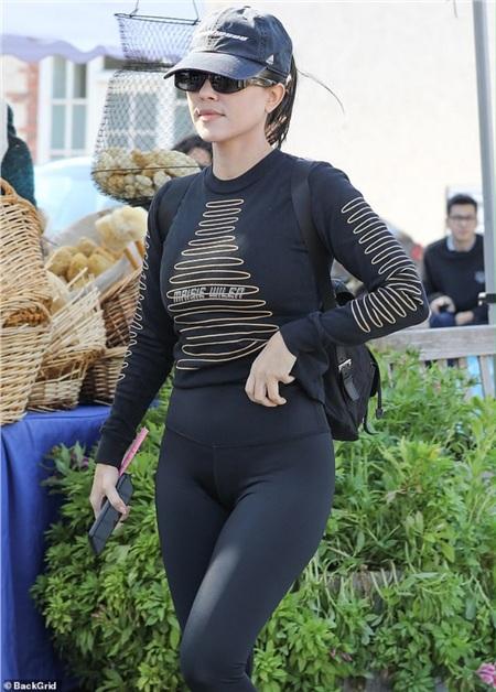 Chị cả nhà Kardashian Kourtney Kardashian thời trang với áo Maisie Wilen thể thao ôm sát và quần yoga, mũ bóng chày, kính mát năng động, khỏe khoắn.