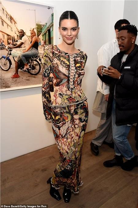 Tham gia một buổi tiệc ngày 17/2, Kendall Jenner chọn chiếc váy kín đáo nhưng lại bị chê vì rối mắt, không phù hợp với nét đẹp của cô nàng.