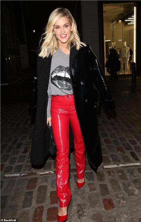 Ashley Roberts, ngôi sao của Pussycat Dolls chói lóa với chiếc quần đỏ ôm sát cùng giày cao gót đỏ đồng màu, túi xách tay lấp lánh và vòng cổ bạc khi ra ngoài ăn tối cùng bạn bè tối hôm thứ 6.