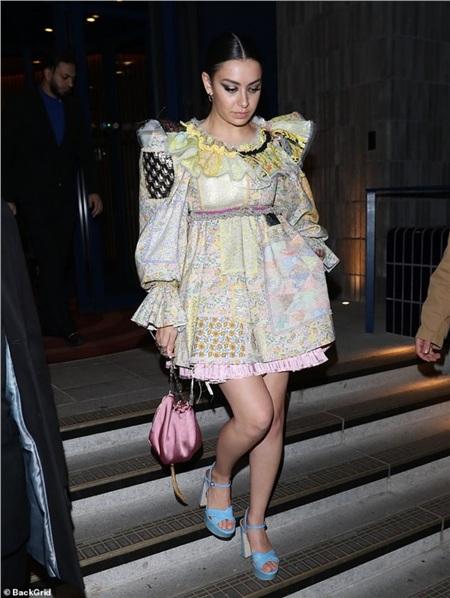 Cùng xuất hiện tại bữa tiệc với Kendall Jenner, Charli XCX cũng vinh dự vào top sao mặc xấu với chiếc váy 'con nít' đến khó hiểu.